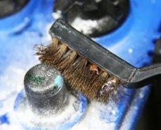 Чистка клемм батареи железной щеткой