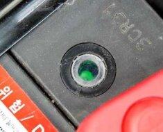 Зеленый индикатор говорит о зарядке АКБ.