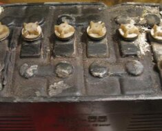 Окисление на выводах и корпусе аккумулятора