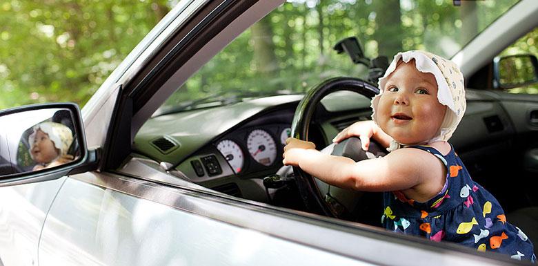 Малыш на водительском месте